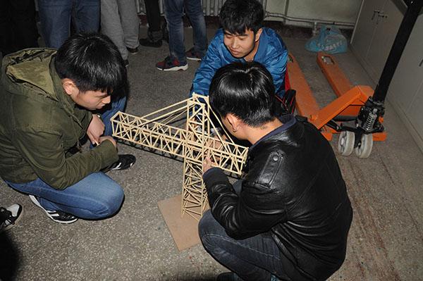 本次竞赛的要求是设计并制作一个塔吊模型